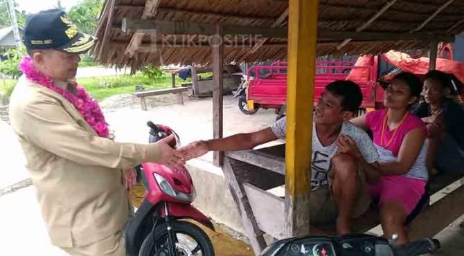 Wakil Gubernur Sumbar, Nasrul Abit saat mengunjungi masyarakat Mentawai beberapa waktu lalu.
