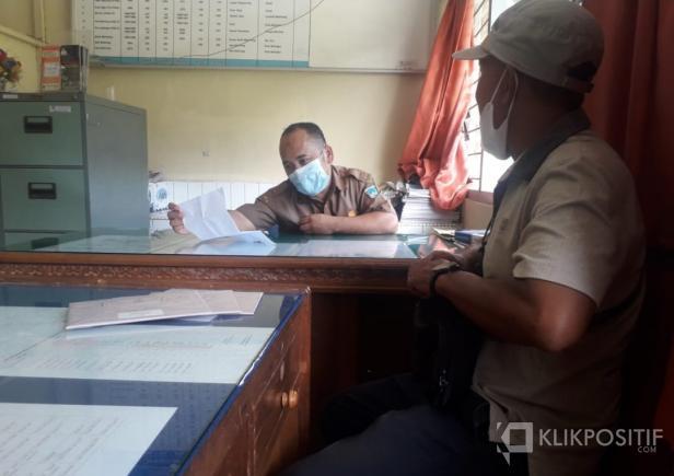Suyatno seorang pekerja di perkebunan kelapa sawit milik PT Perkebunan Anak Nagari (PAN) Kinali saat membuat laporan di Dinas Tenaga Kerja (Disnaker) Pasaman Barat