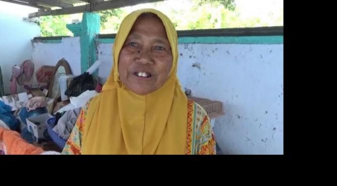 Jasmawati (65) korban abrasi di Kampung Muaro, Nagari IV Koto Hilie, Kecamatan Batangkapas, Kabupaten Pesisir Selatan, terpaksa tinggal di musala pasca abrasi terjadi pada September lalu di daerah itu.