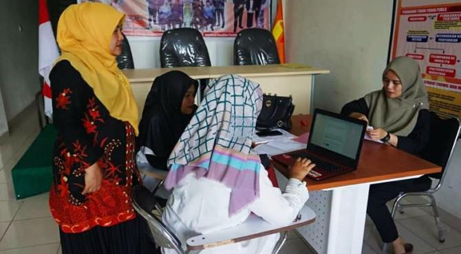 Ketua Bawaslu kota Solok, Triati meninjau penerimaan calon Panwascam di kantor Bawaslu Kota Solok