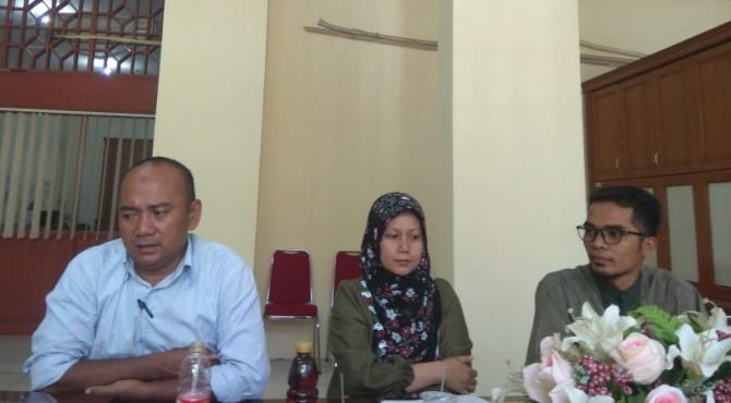 Sekjen DPP Iluni UNP, Yon Erizon didampingi Panitia Pelaksana Seminar Nasional Zumroh M. Pd dan beberapa penanggungjawab kegiatan