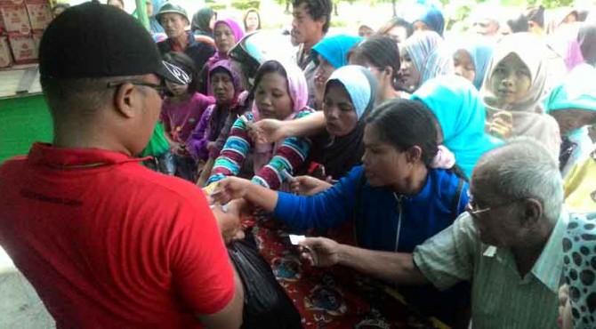 Desakan warga saat mengambil sembako yang disediakan oleh PT Semen Padang di Posko I depan Gedung Serba Guna PT Semen Padang