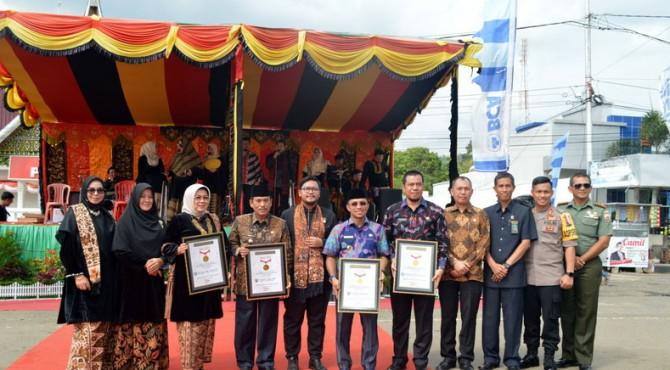 Pemerintah Kabupaten Sijunjung Memperlihatkan Penghargaan Dari Museum Rekor Indonesia (MURI)