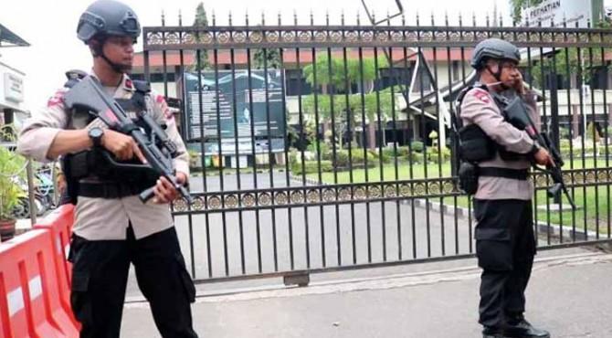 Penjagaan didepan pintu masuk Mapolresta Padang