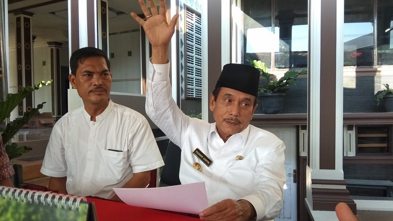 Bupati Sijunjung Yuswir Arifin Bersama Kabag Humas dan Protokoler Setdakab Sijunjung