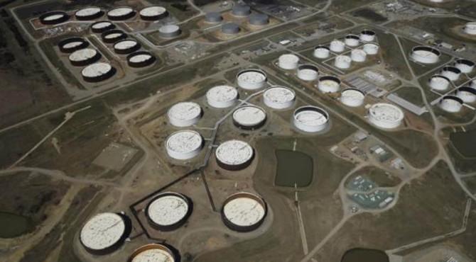 Tangki penyimpanan minyak mentah terlihat dari atas di pusat minyak Cushing, di Cushing, Oklahoma,24 Maret 2016