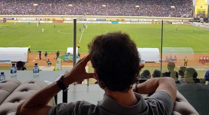 Luis Milla saat mengamati laga Persib vs Bali United