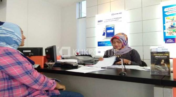Petugas Bank BRI Lubuk Sikaping tampak tengah serius melayani customernya