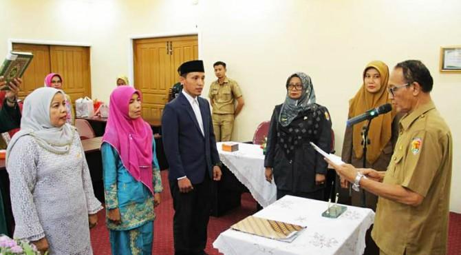 Asisten Bidang Administrasi Umum, Muhammad mengambil sumpah jabatan tiga pejabat fungsional yang baru dilantik.
