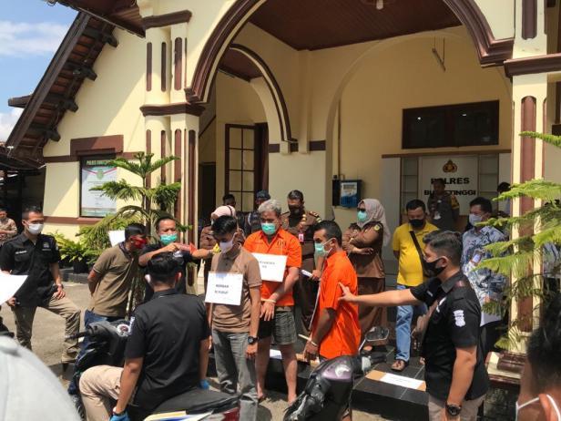 Salah satu adegan dalam rekonstruksi kasus moge yang digelar di Mapolres Bukittinggi