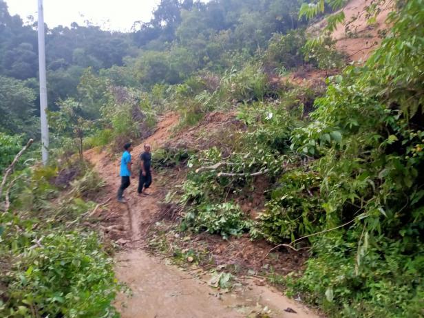 Material longsor di Nagari Aie Luo masih menimbun badan jalan
