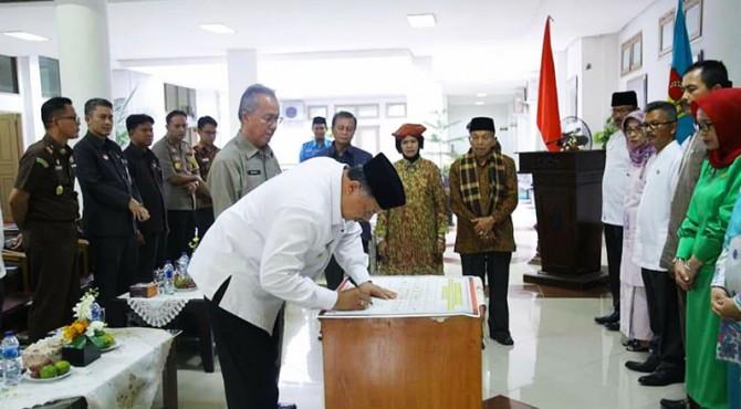 Wako Solok Zul Elfian menandatangani komitmen penerapan Zona Integritas di lingkungan Pemko Solok