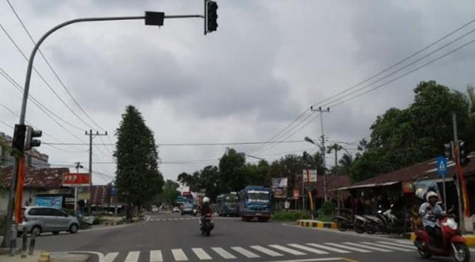 Lampu lalulintas  di persimpangan kota Pariaman rusak