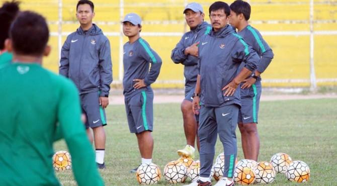 Pelatih Timnas U-19, Indra Sjafri bersama jajaran pelatih Timnas U-19