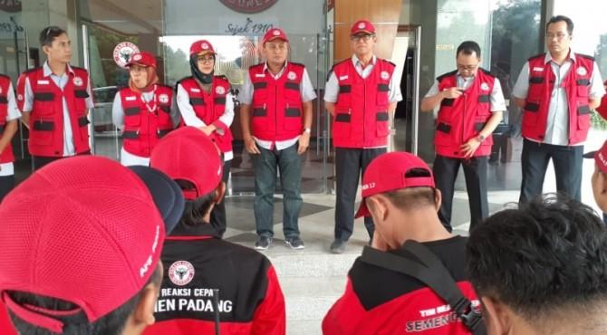 Direktur Operasional PT Semen Padang Firdaus (tiga dari kanan) memberikan arahan kepada relawan TRC saat pelepasan relawan TRC ke lokasi banjir bandang Agam.