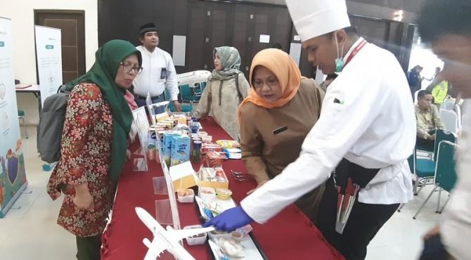 Kepala Dinas Kesehatan Sumbar, Merry Yuliesday saat meninjau stand makanan maskapai penerbangan untuk jemaah Selasa lalu (25/6) di Asrama Haji Tabing