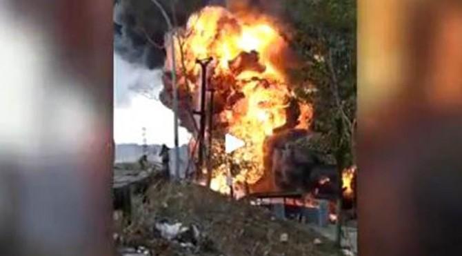 Jalur pipa minyak diduga milik Pertamina terbakar di dalam tol pada Kilometer 130 di Cimahi, Jawa Barat, Selasa (22/10/2019)