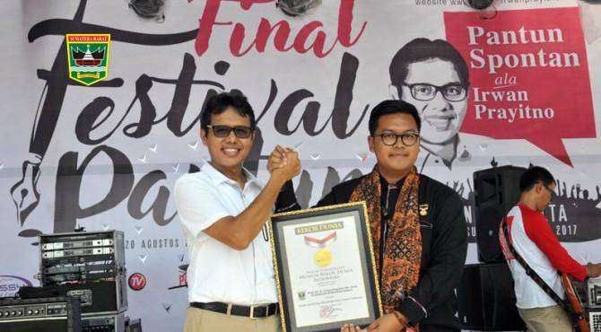 Gubernur Irwan Prayitno menerima penghargaan rekor dunia sebagai kepala daerah yang telah menciptakan pantun spontan terbanyak di dunia mencapai 18.000 pantun