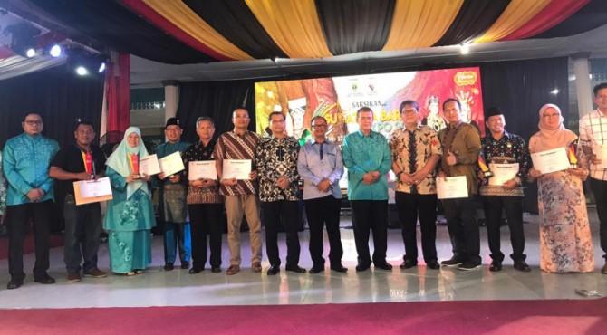 Penerima penghargaan stand terbaik dalam Sumba Expo 2019 di Medan
