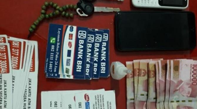 Petuga mengamankan barang bukti pencurian dengan modus ATM tertelan dari tangan para tersangka.  (Ist)