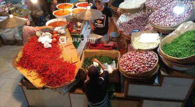 Aktivitas perdagangan bahan pokok di Pasar Raya Padang