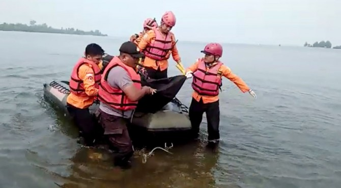 Evakuasi korban tenggelam di Pasaman Barat.