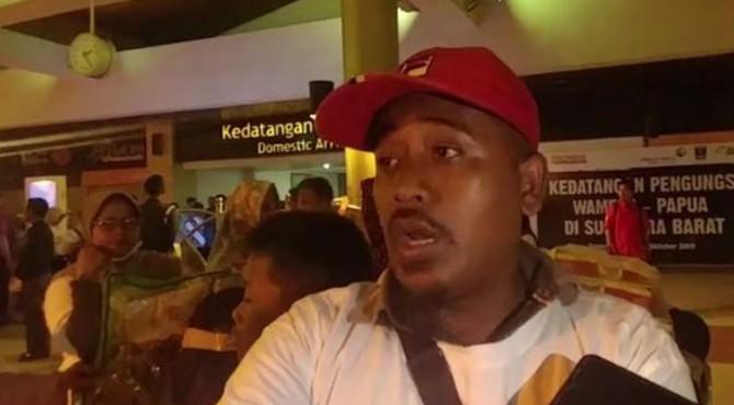 Firman (38), Perantau Asal Sumbar yang pulang kampung pasca kerusuhan di Wamena bercerita kondisi di Papua, saat sampai di BIM, Jumat dini hari (4/10)