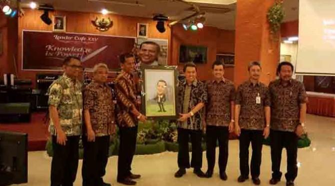 Hakim MK Saldi Isra, mendapat kenang-kenangan dari Semen Padang