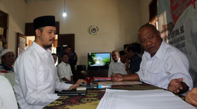 Erman Safar saat mendatangi DPC Partai Gerindra Bukittinggi, Kamis (07/11/2019)
