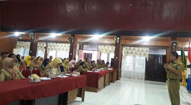 Kepala Dinas Pertanian Padang Pariaman tampak memimpin rapat bersama jajarannya untuk mengupayakan agar tanaman kakao kembali menjadi komoditi lokal