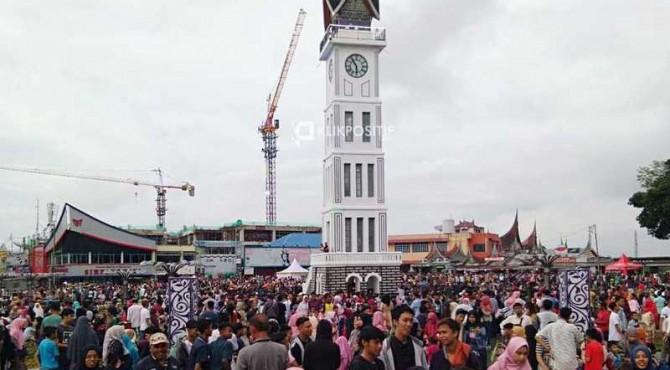 Jam Gadang Bukittinggi ramai dikunjungi saat lebaran