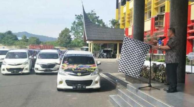 Wakil Gubernur Sumatera Barat Nasrul Abit melepas peserta Avanza Xenia Solusion yang mengikuti konvoi keliling, Minggu, 16 Juni 2019
