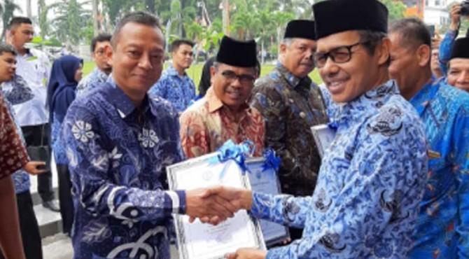 Kepala BLK Padang Syamsi Hari ketika menerima penghargaan yang diserahkan Gubernur Sumbar Irwan Prayitno.