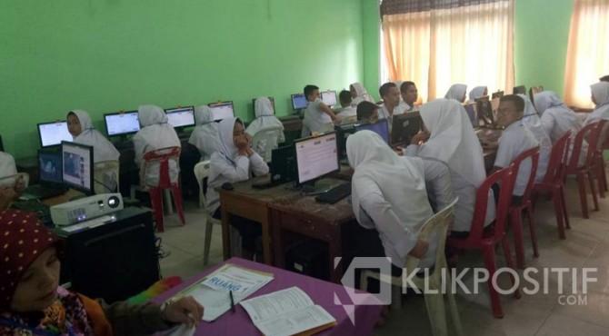 Pelaksanaan UNBK di salah satu SMP di Kota Payakumbuh.