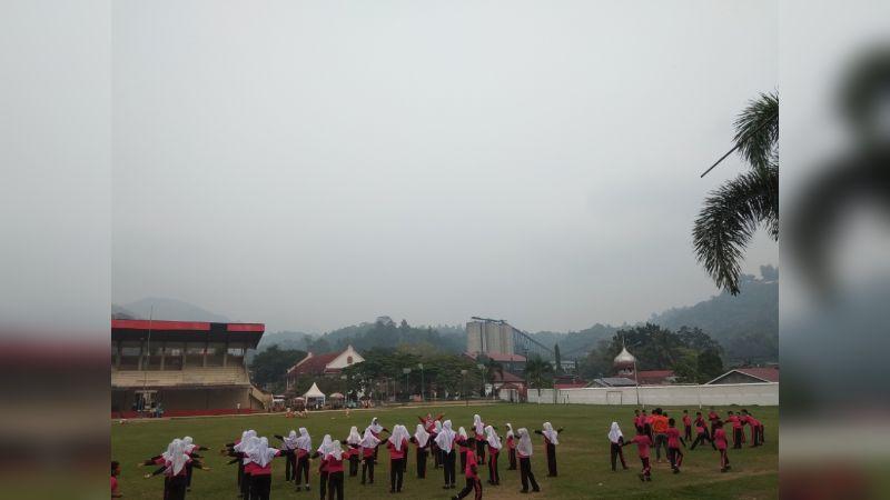 Sejumlah Siswa Sekolah Dasar Melakukan Aktivitas di Lapangan Ombilin Sawahlunto, Senin 15 Oktober 2019