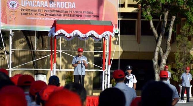 Direktur Utama PT Semen Padang, Benny Wendry saat menjadi inspektur upacara HUT ke-58 Pengambilalihan PT semen Padang dari Belanda