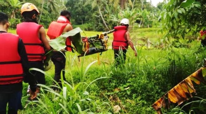 Evakuasi korban kecelakaan di Agam yang ditemukan di sungai.