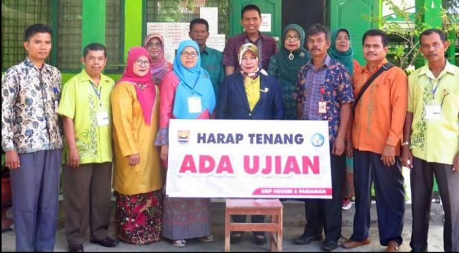 Wakil Ketua DPRD Kota Pariaman, Fitri Nora befoto bersama jajaran Dinas Dikpora Pariaman dan Pengawas ujuan di SMP N 6 Pariaman, Kamis 25 April 2019.