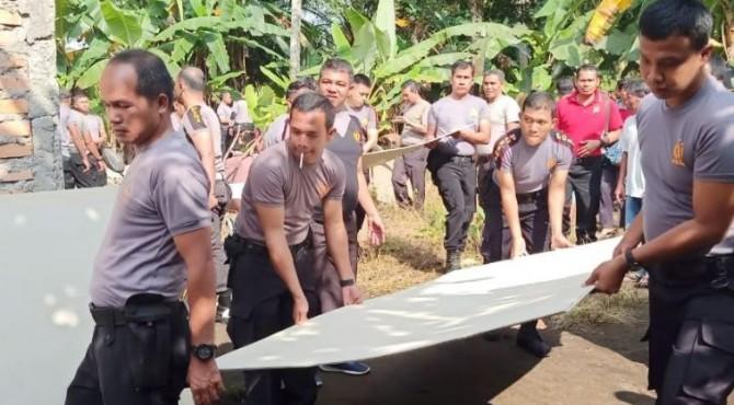 Personil Polres Pasbar saat bergotong royong membedah rumah warga di Jorong Jambak Selatan