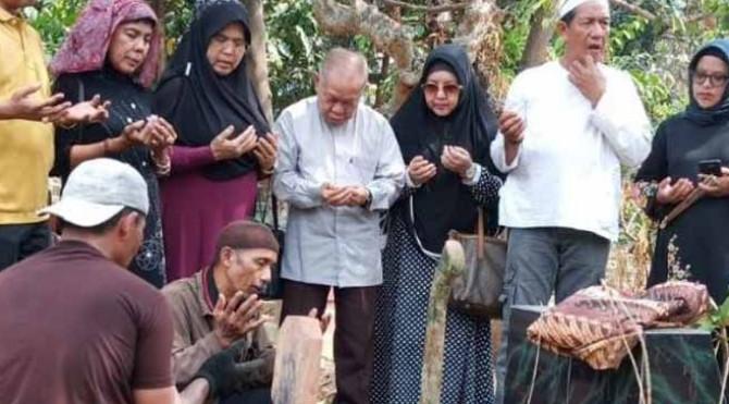 Para warga Lampung asal Sumatera Barat pemakaman di TPU Jalan Hanoman, Bandar Lampung, Rabu (13/11/2019) siang