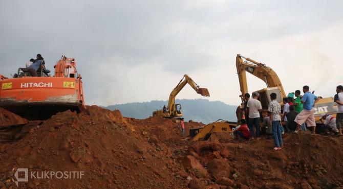 Proses pencarian korban yang tertimbun tanah
