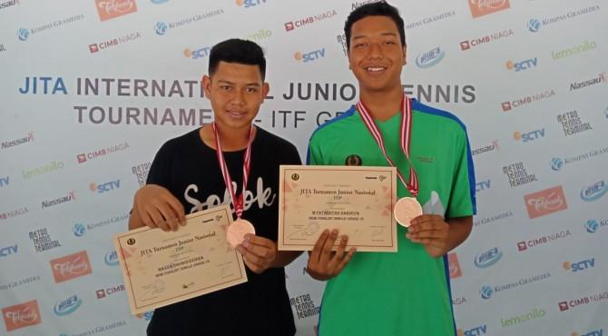 Dua petenis yunior Sumbar foto bersama usai turnamen JITA