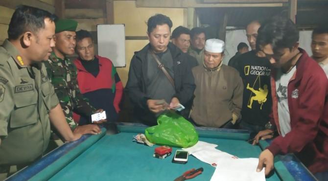 Tim 7 Penegak Perda Kota Payakumbuh saat razia di salah satu tempat biliar di Pasar Ibuh Timur, Minggu (31/3).