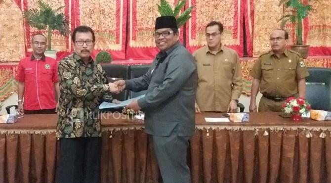 Wabup Suhatri Bur, terima berkas dari Isril Berd untuk 1.400 nama mahasiswa yang akan KKN di wilayah Padang Pariaman.