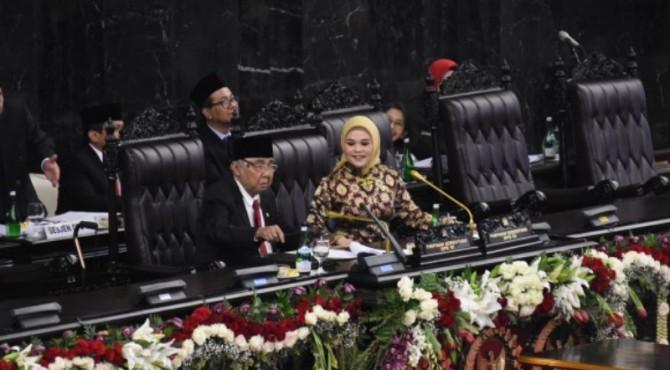 Rapat dipimpin oleh pimpinan DPR sementara Abdul Wahab Delimunthe dan Hillary Brigitta Lasut.