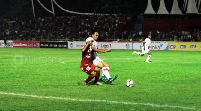 Riko 'Ucok' Simanjuntak saat melewati pemain belakang Persipura ketika mencetak gol satu-satunya pada laga Semen Padang FC vs Persipura.