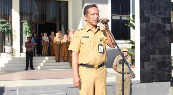 Sekretaris Daerah Kabupaten Pasaman Mara Ondak sedang menyampaiakan arahan dalam apel gabungan tentang