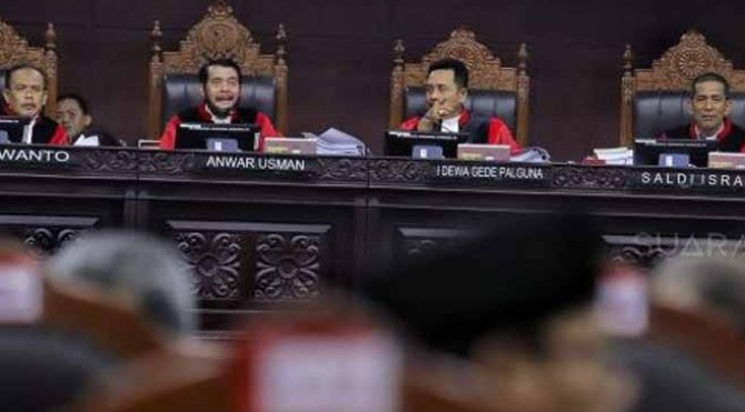 Ketua Majelis Hakim Mahkamah Konstitusi, Anwar Usman didampingi sejumlah Hakim Konstitusi memimpin sidang perdana sengketa Pilpres 2019 di Gedung Mahkamah Konstitusi (MK), Jakarta, Jumat (14/6).