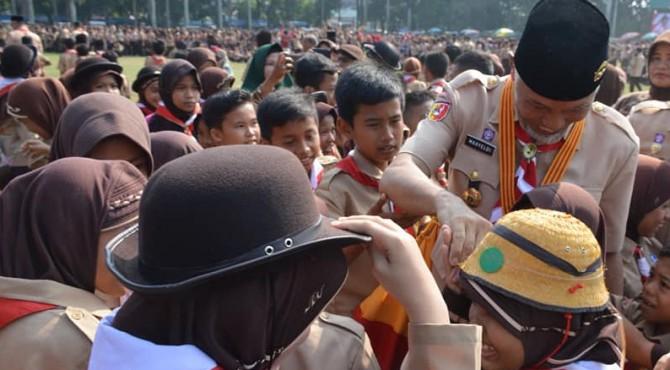 Wali Kota Padang Mahyeldi Ansharullah menyalami anggota Pramuka di Kota Padang