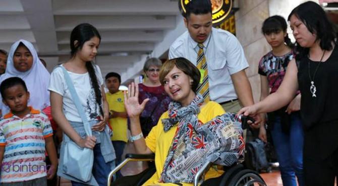 Yana Zein saat di Bandara usai pulang berobat dari China